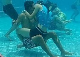 廣州舉辦水下接吻比賽 情侶夫妻水中激吻