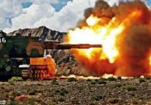 新疆軍區自行加榴炮實彈射擊火力兇猛
