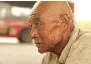70岁老汉为寻子几乎成乞丐 吃剩馒头睡立交桥下