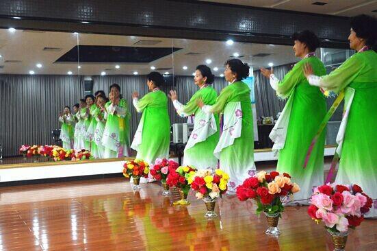代表队——少数民族夕阳红舞蹈队.她们此次参赛舞蹈曲目为《美