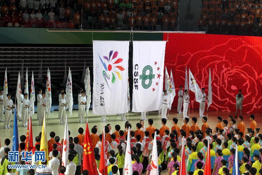 十二届全国学生运动会会旗(左)和中国中学生体育协会会旗.当图片