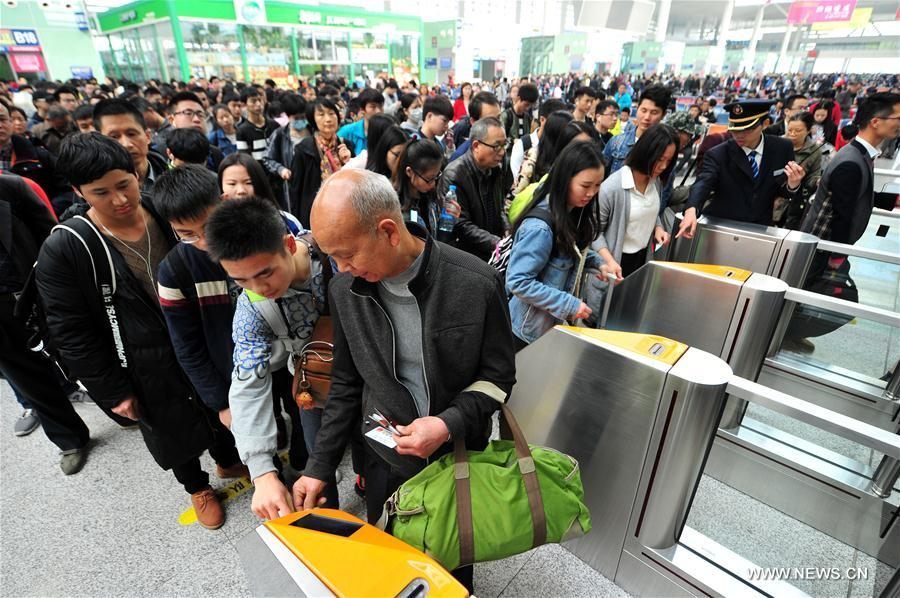Nanchangxi Railway Station is expected to transfer more than 150,000 passengers in the first day of the Qingming Holiday. (Xinhua/Peng Zhaozhi)