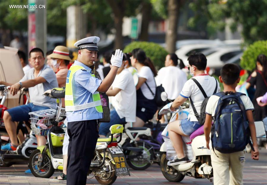 A traffic policeman works on duty in Hengshui City, north China's Hebei Province, July 12, 2017. In the persistent heat of this summer, workers of many occupations kept working on their posts. (Xinhua/Zhu Xudong)<br/>