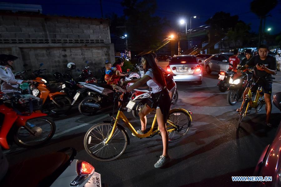 Local residents ride ofo sharing-bikes in Phuket, Thailand, Oct. 5, 2017. China's dock-less bike-sharing company ofo provided more than 1,000 bikes in Phuket's key locations in late September and offered a 1-month free trial without deposit fee. Now the bike-sharing service has benefited local residents and tourists. Ofo's regular service fee will be charged at 5 Baht per 30 minutes usage, with a deposit fee of 99 Baht. (Xinhua/Li Mangmang)<br/>