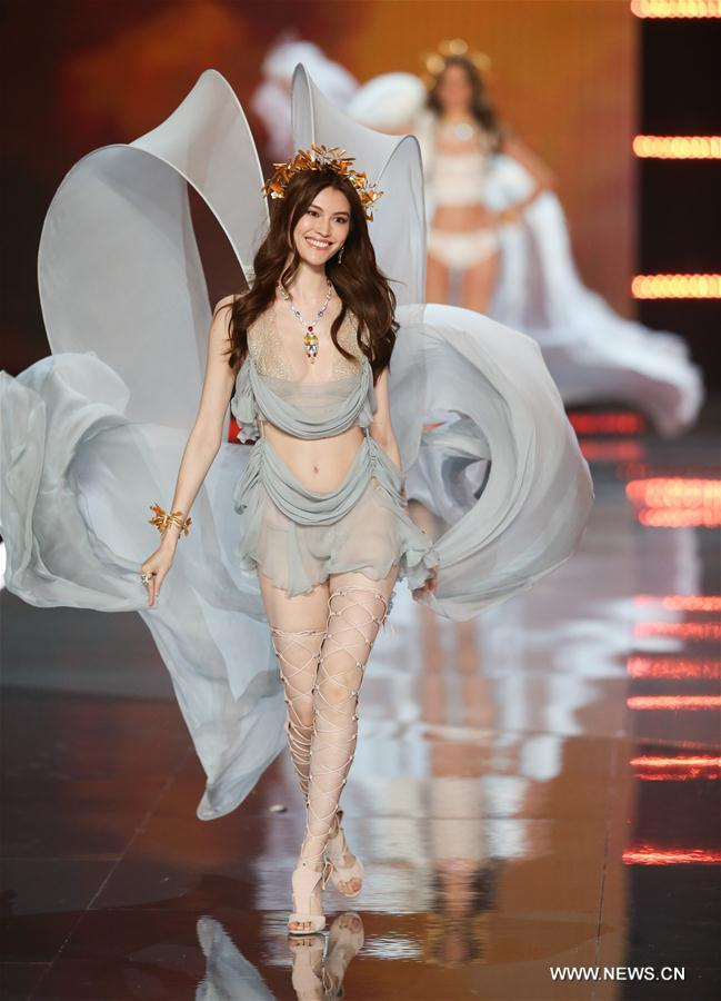 Chinese model He Sui presents a creation during the 2017 Victoria's Secret Fashion Show in Shanghai, east China, Nov. 20, 2017. (Xinhua/Ren Long)<br/>