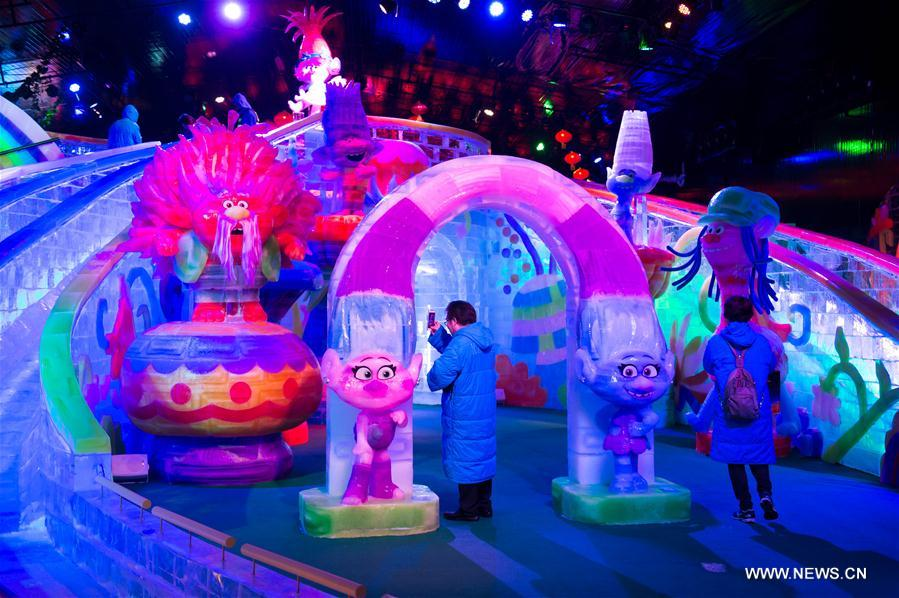 Citizens visit the Ice World With The DreamWorks All-stars exhibition in Macao, south China, March 16, 2017. (Xinhua/Cheong Kam Ka)<br/>