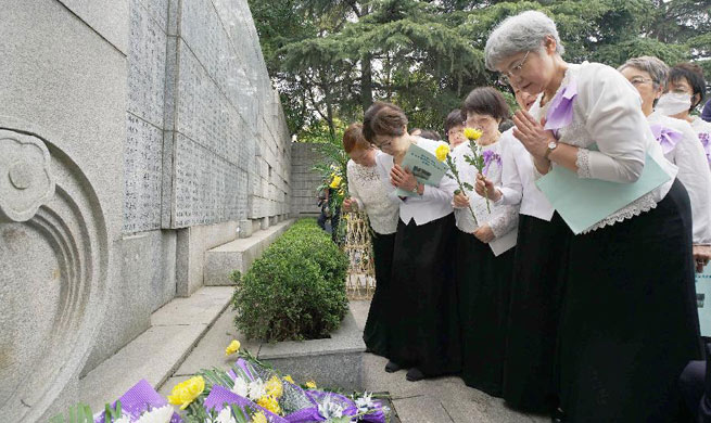 People mourn victims in Nanjing Massacre on Tomb-Sweeping Day