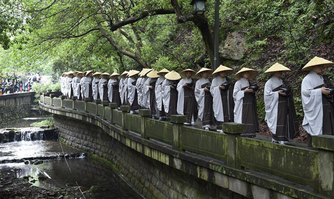 Monks take part in mendicants' walk to raise charity donation in Hangzhou