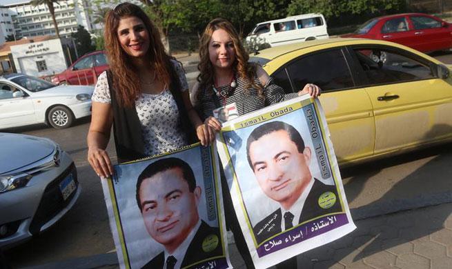 People celebrate Hosni Mubarak's 89th birthday in Cairo