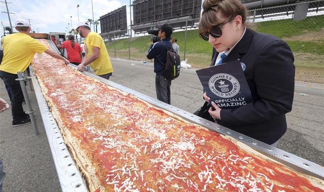 World's longest pizza breaks Guinness Records in U.S.