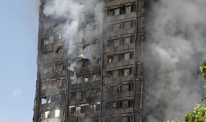 Massive fire engulfs apartment building in western London