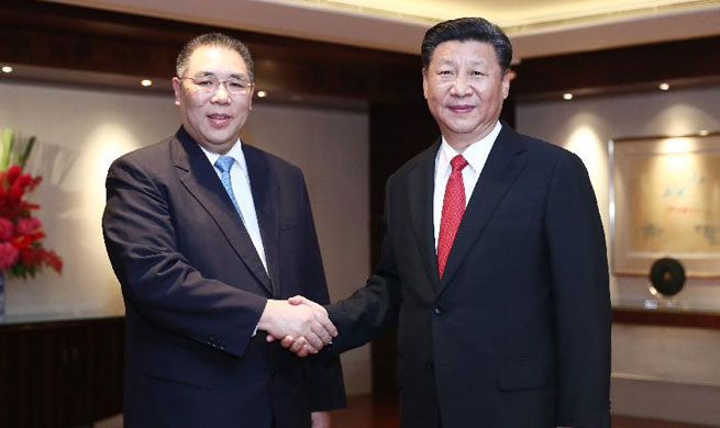 Xi meets Macao Chief Executive in Hong Kong