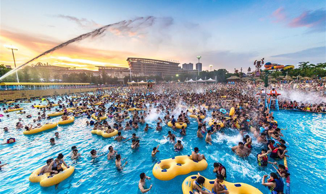 Heat wave drives people to water park in C China's Wuhan