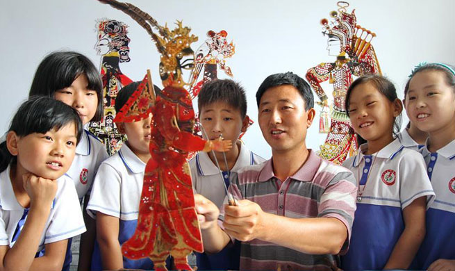 Shadow play lesson enriches left-behind children's summer vacation