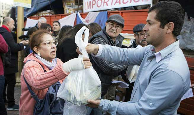 Argentine farmers give away bananas to protest low prices