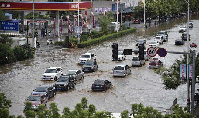 Heavy rain hits NE China causing waterlogging and traffic jam