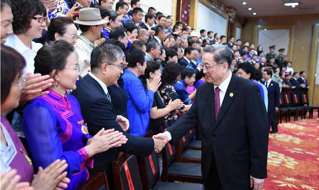 Top political advisor presents gifts to Inner Mongolia