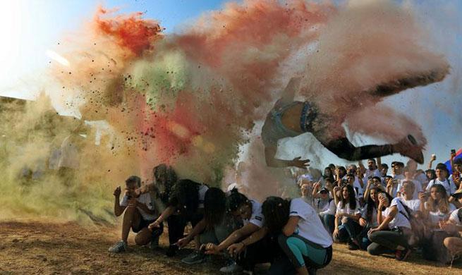 Jordanians enjoy color run in Amman