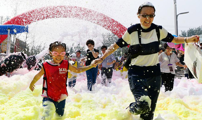 Bubble run held to celebrate National Day in N China