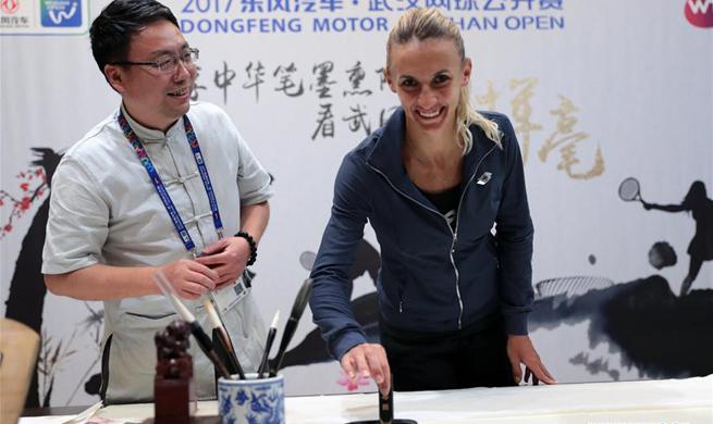 Tsurenko practices Chinese calligraphy at WTA Wuhan Open