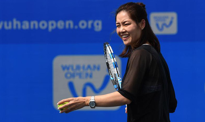 Li Na shows tennis skills to young players during 2017 WTA Wuhan Open