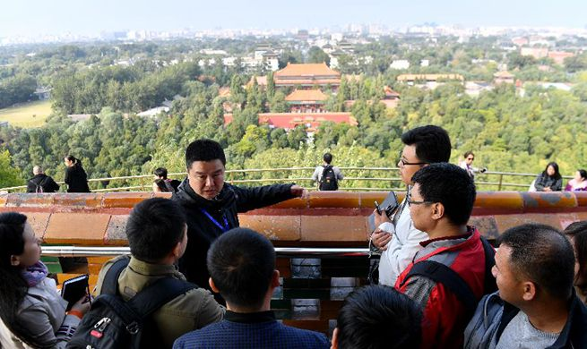Journalists for 19th CPC National Congress attend tour along Central Axis of Beijing
