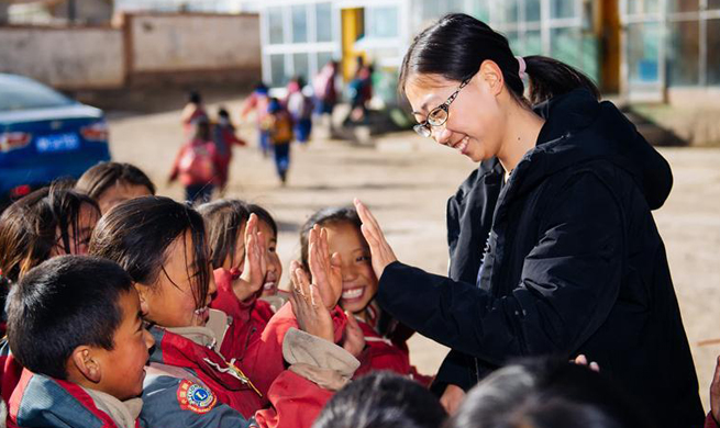 College students work as volunteer teachers in NW China