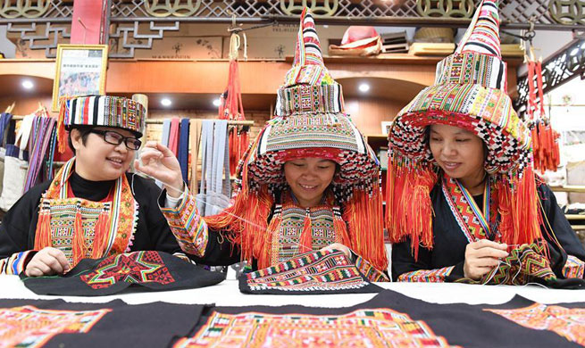 People make costumes of Yao ethnic group in S China