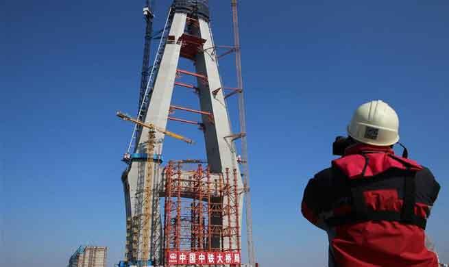 Shanghai-Nantong trans-Yangtze river bridge under construction