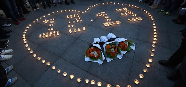 College students light candles in commemoration of Nanjing Massacre victims