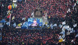 Supporters, opponents of S. Korean President Park rally respectively