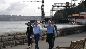 Chinese premier walks with Australian PM in casual diplomacy