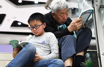 Citizens in SW China read books to spend Qingming Holiday