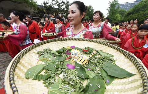 "Civilians greet ""lixia"" with folk custom in China's Hangzhou"
