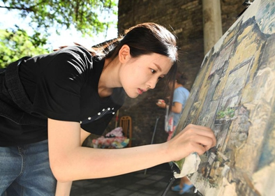 Girl records old streets with oil paintings in Chongqing