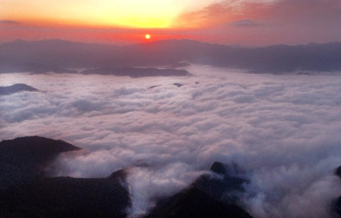 Sea of clouds over meadows in NW China's Shaanxi