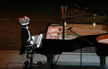 53-finger robot plays piano with Italian pianist in Tianjin