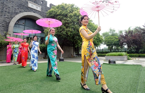 In pics: elderly present cheongsam in east China's Suzhou