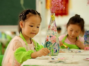 Children at kindergarten use waste to make toys in Anhui