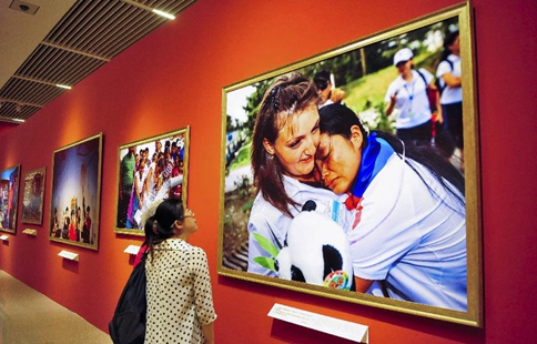 Visitors watch creations at BRICS Media Joint Photography Exhibition