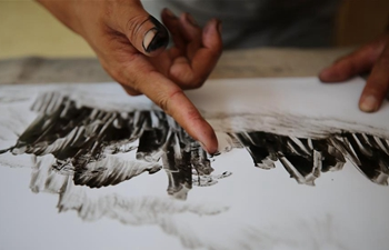Pic story: finger painter Li Lifeng in C China