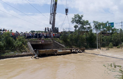 Trailer requisitioned to plug up culvert in flood-stricken Changsha