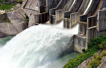 Hydropower station in SW China opens sluice for flood control