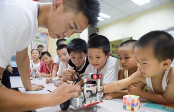 Kids in E China get to know robot during summer vacation