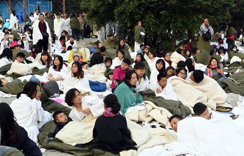Tourists wait for rescue at quake-hit Jiuzhaigou in SW China