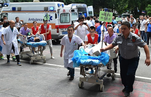Injured people transfered for medical treatmen after Sichuan quake