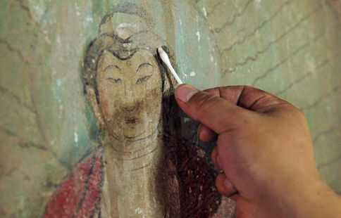 Experts restore ancient murals at temple in N China
