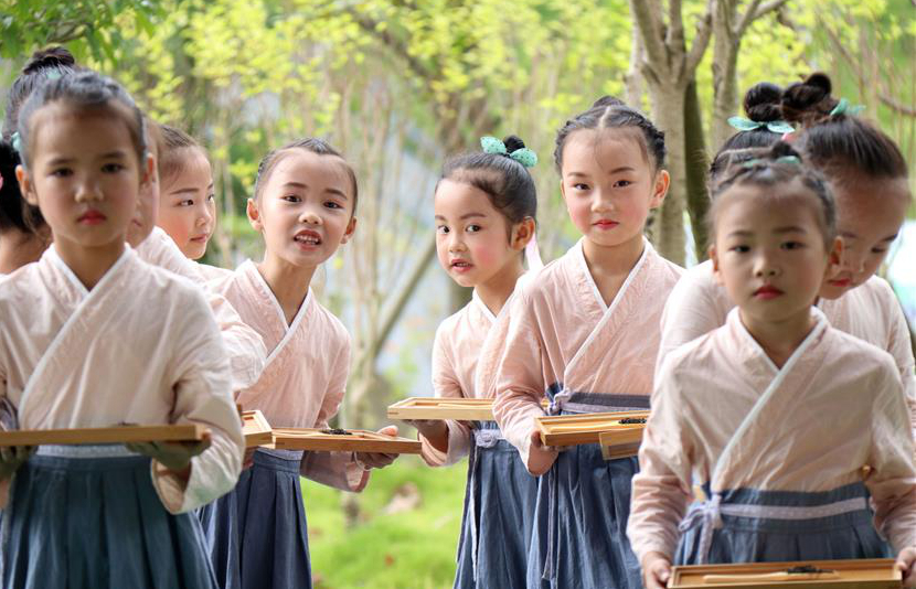 Children learn tea arts during summer vacation in SW China's Guizhou