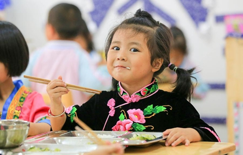 Rural children take free lunch in SW China's Guizhou