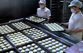 Pastry enterprises produce mooncakes for festival in Beijing